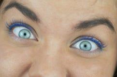 Occhi azzurri sorpresi su vicino Immagine Stock