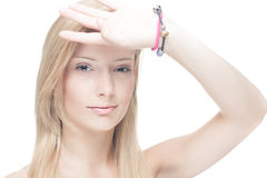 Occhi biondi di ombreggiatura della ragazza Fotografia Stock