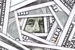 Occhi che guardano dalla pila di forare di/Windows dei soldi Fotografia Stock