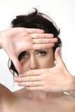 Occhi del blocco per grafici della donna con le mani Fotografia Stock