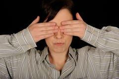 Occhi della copertura della donna Fotografia Stock