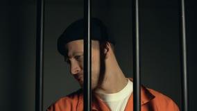 Occhi di chiusura del prigioniero con la mano, custode che infiamma con la torcia, controllo di sicurezza stock footage
