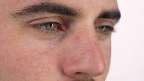 Occhi di un uomo che sorride, distogliere lo sguardo meditatamente video d archivio