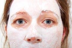 Occhi ed il naso della ragazza una maschera cosmetica su un fronte Fotografia Stock Libera da Diritti