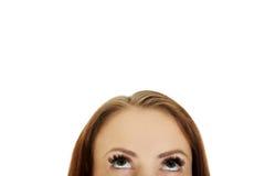 Occhi femminili che osservano in su Immagine Stock