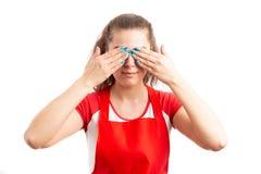 Occhi femminili della copertura degli impiegati di ipermercato o del supermercato Fotografia Stock Libera da Diritti