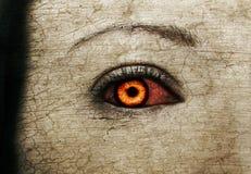 Occhi femminili sanguinosi diabolici delle zombie Immagini Stock