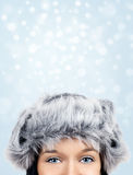 Occhi graziosi su fondo nevoso Fotografia Stock Libera da Diritti