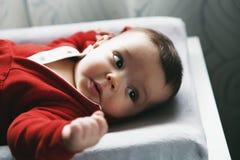 Occhi neri caucasici svegli della ragazza del neonato Immagine Stock