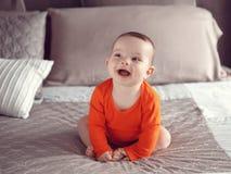 Occhi neri caucasici svegli della ragazza del neonato Fotografie Stock Libere da Diritti