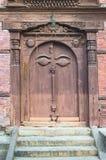 Occhi sulla porta di legno Fotografia Stock