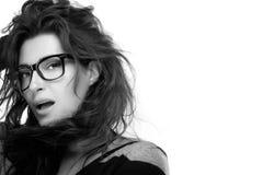 Occhiali d'avanguardia freschi Modello di moda Girl With Eyeglasses di bellezza fotografie stock