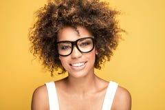 Occhiali d'uso della ragazza afroamericana, sorridenti Immagine Stock