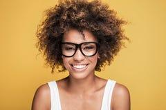 Occhiali d'uso della ragazza afroamericana, sorridenti Fotografie Stock
