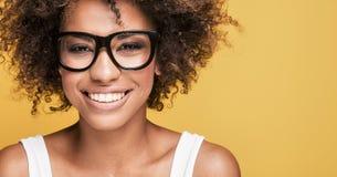 Occhiali d'uso della ragazza afroamericana, sorridenti Immagini Stock Libere da Diritti