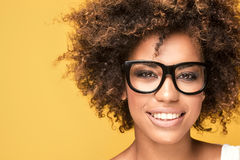 Occhiali d'uso della ragazza afroamericana, sorridenti Immagini Stock