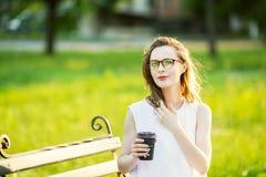 Occhiali d'uso della ragazza bionda alla moda Immagine Stock