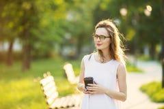 Occhiali d'uso della ragazza bionda alla moda Fotografia Stock