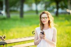 Occhiali d'uso della ragazza bionda alla moda Fotografie Stock