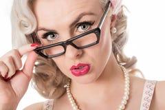 Occhiali d'uso della ragazza studiosa interessata sveglia, isolati sul whi fotografie stock libere da diritti