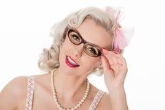 Occhiali d'uso della ragazza studiosa sveglia, isolati su bianco, horizo fotografie stock