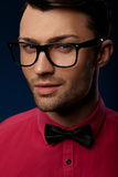 Occhiali d'uso di modo del giovane uomo bello Immagine Stock Libera da Diritti