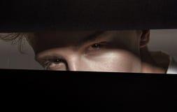 Occhiali d'uso di modo del giovane uomo bello Fotografie Stock Libere da Diritti