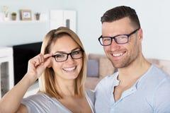 Occhiali d'uso sorridenti delle coppie Fotografia Stock Libera da Diritti