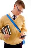 Occhiali da portare dell'allievo occupati con il telefono delle cellule Fotografia Stock Libera da Diritti