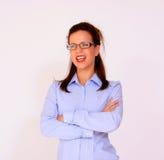 Occhiali da portare felici allegri dell'allievo femminile Immagini Stock Libere da Diritti