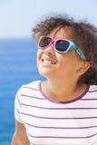 Occhiali da sole afroamericani del sole del bambino della ragazza della corsa mista Fotografia Stock