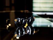 Occhiali da sole alla moda decorati con le pietre su vetro fotografia stock