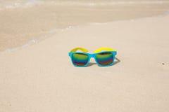 Occhiali da sole che si trovano sulla sabbia Immagine Stock Libera da Diritti