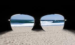 Occhiali da sole con la riflessione della spiaggia Fotografie Stock