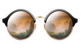 Occhiali da sole con la riflessione delle montagne nuvolose Immagini Stock Libere da Diritti
