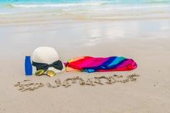 Occhiali da sole, crema del sole e cappello sulla spiaggia di sabbia bianca Fotografia Stock Libera da Diritti