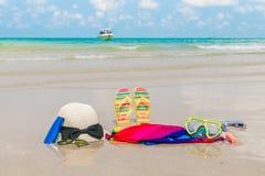 Occhiali da sole, crema del sole e cappello sulla spiaggia di sabbia bianca Fotografie Stock Libere da Diritti