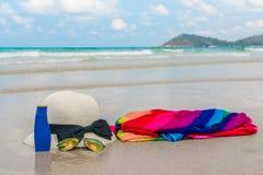 Occhiali da sole, crema del sole e cappello sulla spiaggia di sabbia bianca Immagini Stock Libere da Diritti