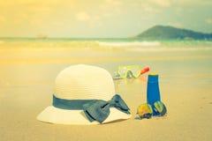 Occhiali da sole, crema del sole e cappello sulla spiaggia di sabbia bianca - i filtrata Fotografia Stock