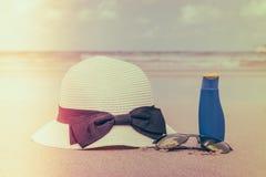 Occhiali da sole, crema del sole e cappello sulla spiaggia di sabbia bianca - i filtrata Fotografia Stock Libera da Diritti