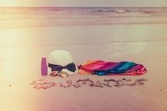 Occhiali da sole, crema del sole e cappello sulla spiaggia di sabbia bianca - i filtrata Immagine Stock Libera da Diritti