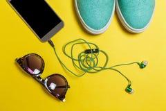 Occhiali da sole, cuffie, scarpe e uno smartphone Fotografia Stock Libera da Diritti