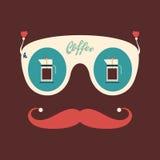 Occhiali da sole d'annata dei pantaloni a vita bassa variopinti con i bollitori del caffè Fotografie Stock
