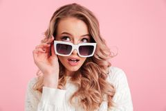 Occhiali da sole d'uso colpiti della giovane donna Fotografia Stock Libera da Diritti
