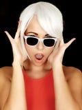 Occhiali da sole d'uso colpiti della giovane donna arrabbiata Immagine Stock Libera da Diritti