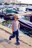 Occhiali da sole d'uso del ragazzo alla moda Fotografia Stock Libera da Diritti