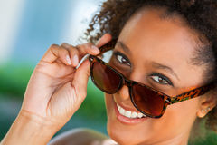 Occhiali da sole d'uso della donna afroamericana Immagine Stock