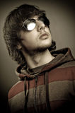 Occhiali da sole da portare del giovane Fotografia Stock