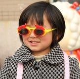 Occhiali da sole da portare della bambina Fotografia Stock