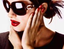 Occhiali da sole da portare della donna attraente fotografia stock libera da diritti